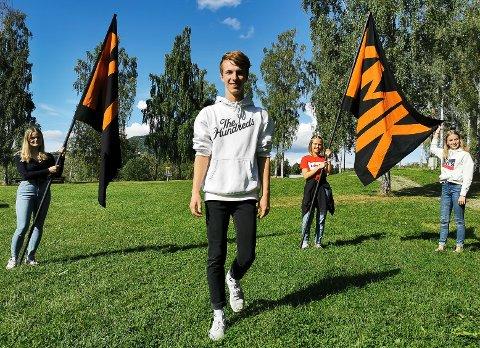 GÅR NYE VEIER: Sander Mathisen Skjerva er i gang med forbredelsene til fjerde utgave av Kultur mot kreft (KMK). Her sammen med noen av danserne som skal delta. Fra venstre står Emma Oline Haga Sagstuen (15), Zita Christina Ulnes-Groff (15) og Sofie Kolkinn Nerland (15).