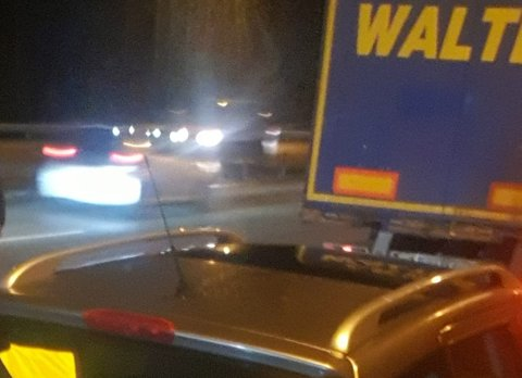 Her står bilen sperret inne av vogtoget i front - midt på E6. Bilføreren som først krasjet og så ble sperret inne var på vei til jobb. Foto: Privat