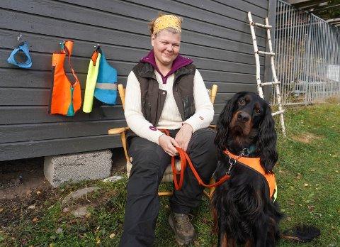 JAKTVENNER: Linda Rønningen fra Brandbu har jaktet i 20 år og har hatt en rekke fuglehunder. Nå er hun bekymret for Gordon setteren sin Avalonien Gledje Gipsen (4) etter at en hund ble skutt under jakt på Hadeland.