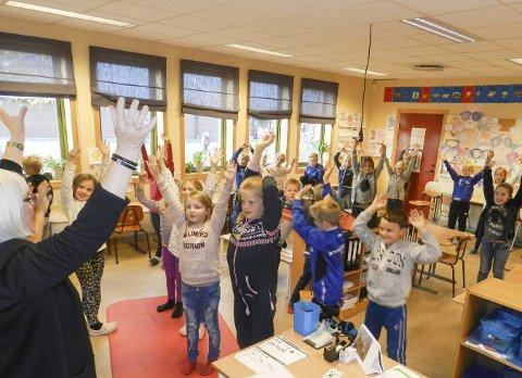 Alene med 39 elever: Kontaktlærer Margareth Nøhr Andersen underviser her to tredjeklasser. Utrolig nok klarer hun å trollbinde dem.Alle foto: Hanne Eriksen