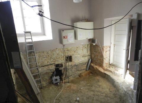 Immanuels kirke: Gulvet i sakristiet er revet opp og soppen er fjernet. En byggtørke tørker opp rommet. Begge foto: Steinar Omar Østli