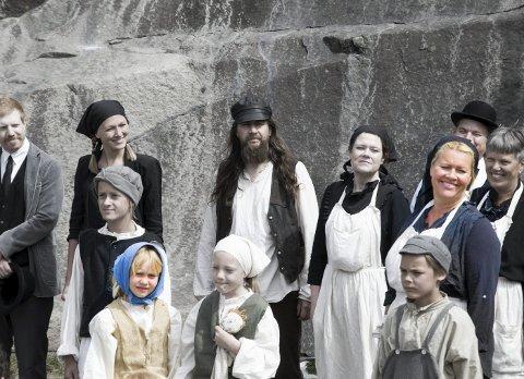 Stenhoggere: Tora (t.v.) i blått skaut og mor Monica Hjelle i farger (t.h.) er begge med i skuespillet «Parat» som gikk på Ystehede under Stenhoggerfestivalen i helga.  Alle foto: Sara Helen Engmo