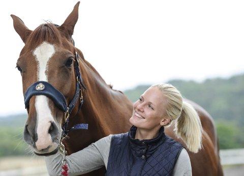 TILBAKE TIL TOPPEN: Etter noen års pause, er Elise Bjerkman tilbake. Hun satser knallhardt på sprangridning, og har allerede vunnet Breeders (uoffisielt NM for unghester). Her står hun sammen med  Lillebergs Catch You.
