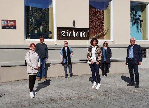 En fornøyd forsamling engasjerte og kulturinteresserte personer som lanserer Kunstgården i gågta. F.v: Wenche Høidal, Johnny Nilsen, Britt Rasmussen, Grete Ludvigsen, Nina Kristiansen og Kjell Hagen.