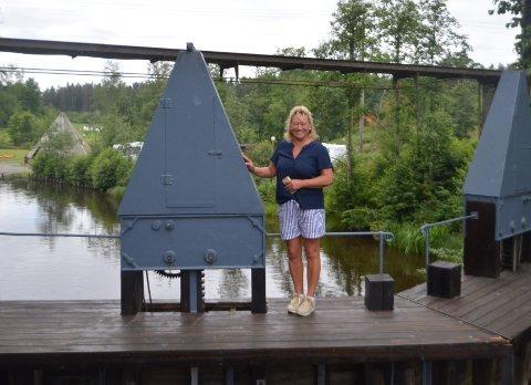 STRØMSFOSS: Anita Lervik er 5. generasjon slusemester og styrer slusene manuelt hver eneste dag.