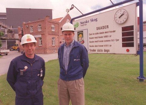 TIDLIGERE ANSATTE: Her er Per Ivar Berg, den nye fabrikksjefen på Norske Skog Saugbrugs, fotografert i 1999 da han var produksjonssjef på samme sted. Her er han sammen med hovedverneombud Magnar Liegård Pettersen . Her informerte de om tiltak for å unngå ulykker på arbeidsplassen.