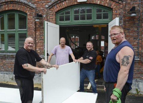Muskelkraft: F.v. Erling Midttun, leder av Granvin Handbakklubb, sammen med Morten Vatle, Kai Inge Melgård og Ole Johnny Melgård - tre klubbmedlemmer fra Odda.