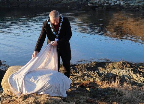 AVDUKING: Ordfører Arne-Christian Mohn foretok avdukingen av minnesmerket.