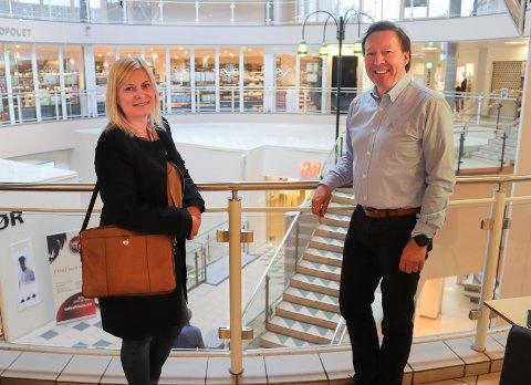 ØKER: Tallene fra kjøpesenteret Markedet bekrefter tendensen sentrum for øvrig viser til. Camilla Teikari Bøe i Caiano Eiendom og senterkoordinator Arild Kildal Olsen.