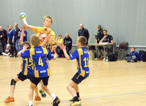 MHK OG SIL: Det var mange lag fra Mosjøen håndballklubb og Sandnessjøen IL Håndball Ungdom i Trondheim Cup. Bildet er fra en av kampene til SIL gutter 2005.  FOTO: ARRANGØREN
