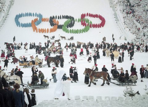 ÅPNINGSSEREMONI MED 80 HESTER: Vinter-OL på Lillehammer 1994 feirer 25-årsjubileum. Åpningsseremonien var et show som blir husket, der de olympiske ringene ble dannet i Lysgårdsbakkene og 80 hester med slede var med i seremonien. Foto: Bjørn Sigurdsøn/NTB scanpix