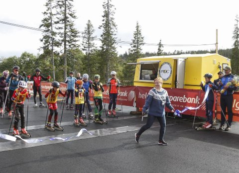 KLIPPET SNORA: Rulleskiløypa på Sjåmoen ble åpnet lørdag. Varaordfører Åshild Pettersen klippet snora og slapp løperne ut i løypa. Hun var imponert over anlegget, og den store innsatsen som Mosjøen IL Ski har lagt ned i samarbeid med Helgeland Sparebank.  Foto: Per Vikan