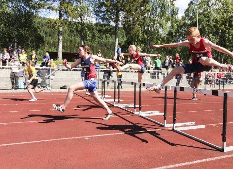 SUKSESS: Etter mange år uten friidrettsstevner på Kippermoen ble Helgelandslekene en stor suksess. Sju klubber på Helgeland gikk sammen om arrangementet, og det ble 150 deltakere. Her er det 60m hekk, og det ble også veldig mange deltakere i den øvelsen.  Foto: Per Vikan