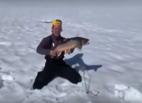 GLEDE: En stolt fisker med en skikkelig rugg.