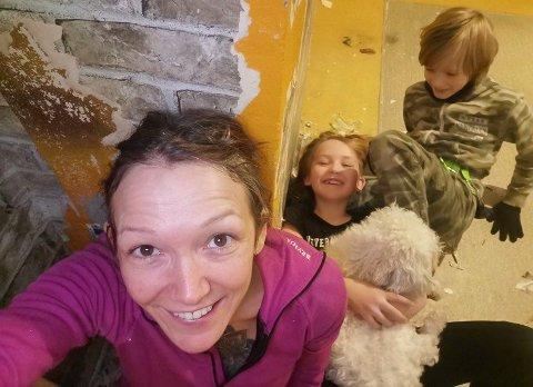 AKTIV FAMILIE: - Heldigvis endte det godt, sier Liv-Charlotte Kollstrøm Svala med datteren Liva Viola, hunden Lady og sønnen Lars Caspian.
