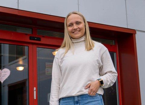VIL HJEM ETTER UTDANNING: Johanne Borch (24) har tatt lærerutdanning og er en av 22 søkere på stillinger i Porsanger kommune. – Jeg vil etablere meg i hjemkommunen min, sier hun om jobben.