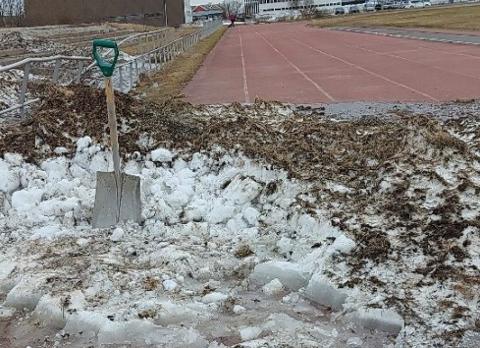 Bildet er tatt  på friidrettsbanen mandag 1. juni. Onsdag kommer det ungdommer som skal konkurrere på banen.