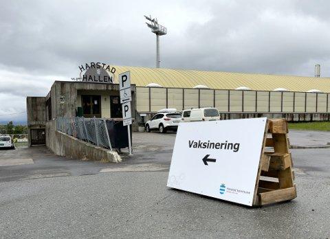 Inngangen er på siden av Harstadhallen. Her er fra influensavaksineringen høsten 2020.
