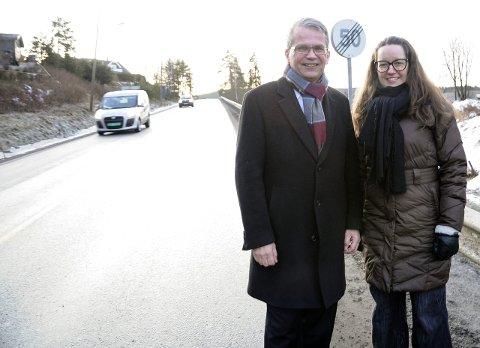 Endelig ja: Fylkespolitiker Kjetil Nordengen (H) og Sørum-ordfører Marianne Grimstad Hansen har all grunn til å smile. Om ett år starter byggingen av gangvei mellom Esso og Monsrudvegen.