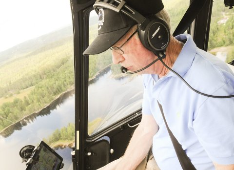Svever over sitt rike: Bjørn Atle Holter-Hovind koser seg bak spaken i sitt R44-helikopter etter at han tok privatflygersertifikat i en alder av 70 år.Begge foto: Øivind Eriksen