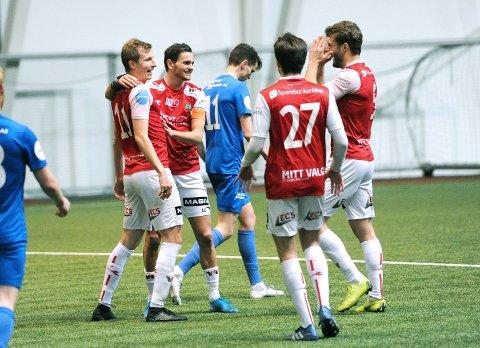 GLADE MÅLSCORERE: Bjarne Langeland (t.v.) har gitt Bryne ledelsen 2-0. Han gratuleres av Robert Undheim (f.v.), Ola Mæland (med ryggen til) og Rogvi Baldvinsson.