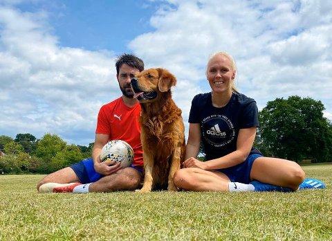 I SOLA: Maria Thorisdottir, kjæresten Jonathan Hood og hunden Theo i en park utenfor London.