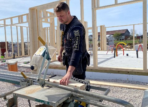 Marcus Vaaland Sikveland er i full gang med byggingen av sitt eget hus, som han håper skal stå klart ved årsskiftet.