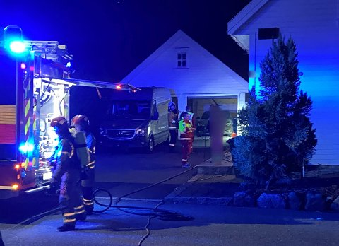 SLUKNING: Brannvesenet arbeidet med å slukke brannen natt til tirsdag.