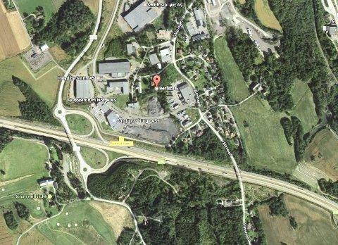 Uviss fremtid: Resultatet av at det regionale næringsområdet Bentsrud er delt mellom to kommuner, er at det kun er blitt utvikling på Holmestrand-siden, mener Holmestrand Næringsforening. De håper at myndighetene nå vil sørge for å samle hele området i Holmestrand kommune. Foto: Google Maps