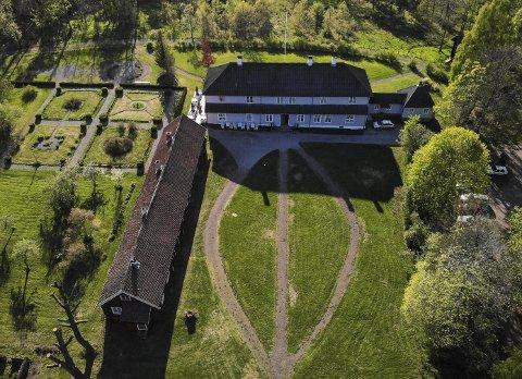 NY FLØY: Området her ved Eidsfos Hovedgård kan få ei ny overnattingsfløy. Men da må finansiering på plass først. Tidligere er det antydet at grunnmurer rett øst for hovedgården kan brukes til et slikt prosjekt. Dronefoto: Ulrikke Granbakken Narvesen