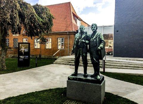 KUNST: Utenfor Skagen Museum står disse herrer på sokkel og ønsker besøkende velkommen. Det er danske Michael Ancher og PS. (Peder Severin) Krøyer fra Stavanger.