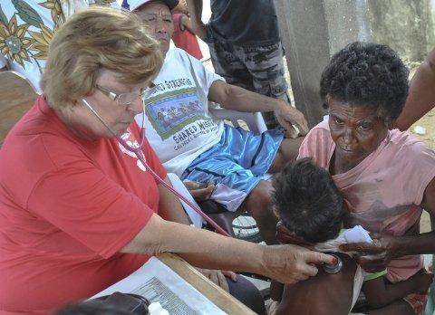 Innsats: Gunhild Dobbe bruker ferier og fritid til å jobbe som lege blant de fattige i Manila.Foto: Privat