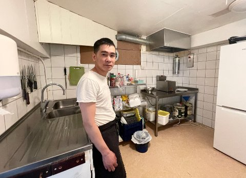BRETTER OPP ERMENE: Daglig leder Vu Le ved Kragerø Sushi skal i sommer utvide tilbudet med vietnamesisk wok.