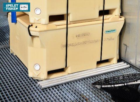 Her ser du kassar med beredskapsgarn som står klare på lokaliteten Nebbo i tilfelle ei rømming skulle skje.