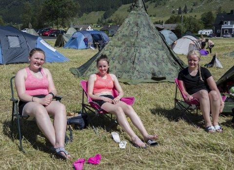 Tuva Rode Nygård (16) (t.v.), Inghild Helland (15) og Martha Gjerald (17) frå Voss naut sola på campen etter fjelltur til Kviteggjo.