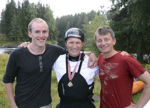 GULLGUTTER: Halvor Heggen (t.v.), Jonny Haugen og Tom-Andre Kallager deltok under Horgi Ned 2017 under ekstremsportveko. Her er de etter å ha tatt gull i lagkonkurransen under NM i padling i Kongsberg i fjor sommer.