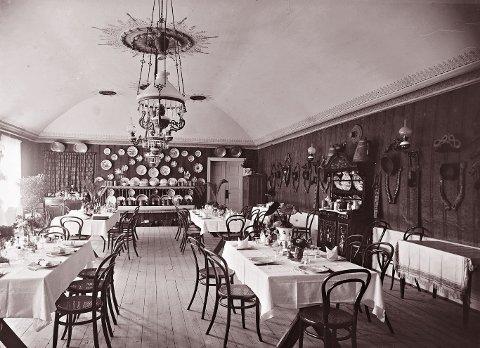 SPISESALEN: i Victoria Hotel fotografert en gang på 1880-tallet. Hotellet het Hotel des Mines fram til 1874, da Jonas Johnsen tok over driften og døpte det om til Victoria Hotel.