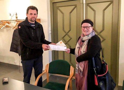 Ga fra seg sjekken: En raus donasjon fra Sylling turlag ved Turi Andersen (t.h.) til Arve Markussen fra Breililøypas venner.