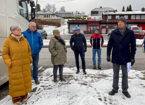 På befaring: Etter befaring var Tone Bergflødt (nummer tre fra venstre) med på et forslag i utvalget for miljø og plan  om å tillate utbygger Bjørn Garder (til høyre) å bygge opp til 12 meter der bussgarasjen står.  I kommunestyret stemte hun for maks 11 meter.