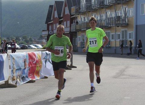 Far og sønn: Ketil og Christian Magnussen løp sammen inn til tiden 3:18:15 under Hadsel Maraton. Det resulterte i klasseseier til begge to.Foto: Trond Arne Liavik/Kondis