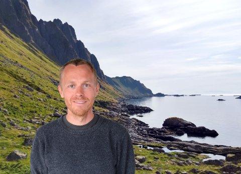 BLIR BORTE: Esben Nedrebø mener turen mellom Vetting og Ballstad kan være Vestvågøys fineste kysttur. Men på strekningen langs Nappstraumen er stien i ferd med å forsvinne.