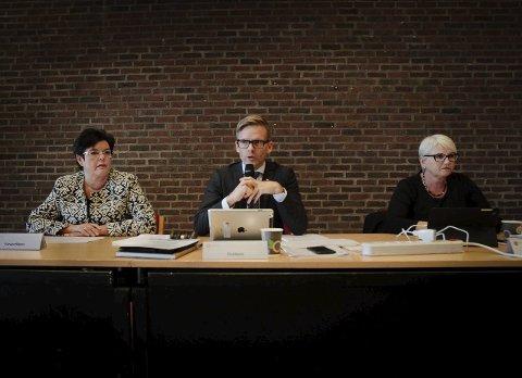 Skifte: Anne Bramo (Frp) går av som varaordfører mens Tage Pettersen får fire nye år som ordfører. T.h.: Rådmann Bente Hedum.