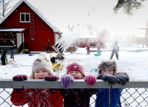 SNØKANON: Barna i Bråtenstua barnehage tok vinteren 2017 saken i egne hender og lagde snø med egen snøkanon. I år er det rundt 40 prosent sjanse for snø i Moss på julaften. På bildet: Josefine Kristensen, Emilia H. Blomberg og Filip Myhre Kristiansen