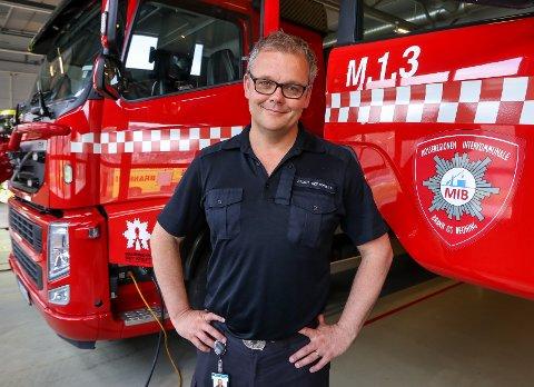 IKKE BÅL I UTMARK: Christian Mørdre ved Moss brannstasjon minner om bålforbudet som gjelder fra 15. april til 15. september.