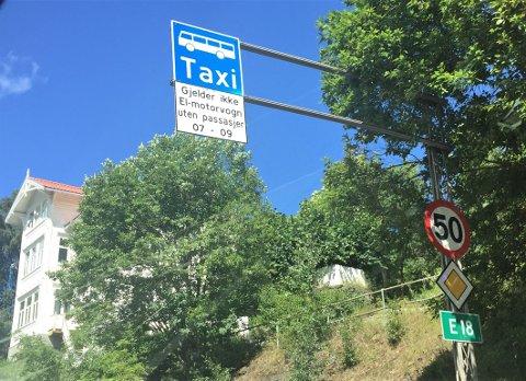 FØLG SKILTET: To i bilen-regelen på Mosseveien er et tiltak for å bedre fremkommeligheten til bussene i rushtiden. Arkivfoto: Nina Schyberg Olsen
