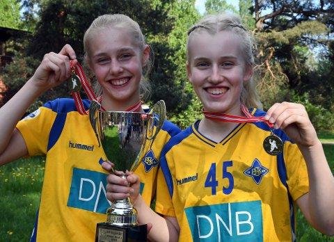GULLVINNERE OG KLARE FOR NORDISK: Hermine Moen Eliassen og Sine Madsen Kaarød gjør seg i disse dager klare for å dra til København og nordisk skolemesterskap.