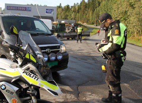 AKSJON SKOLESTART: Politiets kontroll torsdag på Bjørndal resulterte i reaksjoner mot ni av de 93 som ble vinket inn. Ni var for mobilbruk og to for manglende belte.
