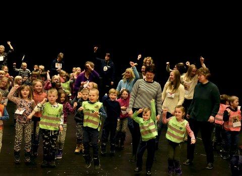 Fulle av energi: Før barnehagebarna gikk til postene sine, var det tid til en fellesdans. Det var populært, uten tvil.