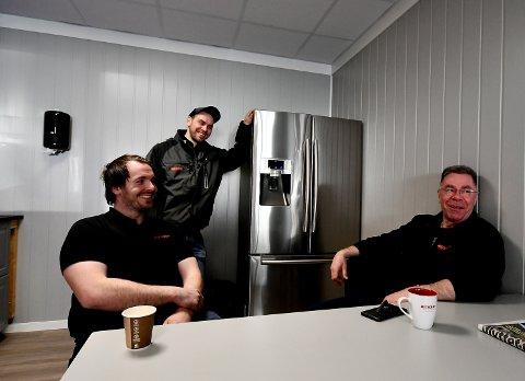 Erland Tullut, Kim Arild Grindermoen og Arild Tullut trives godt i GDF sine  nye lokaler. Der flyttet de inn i fjor.