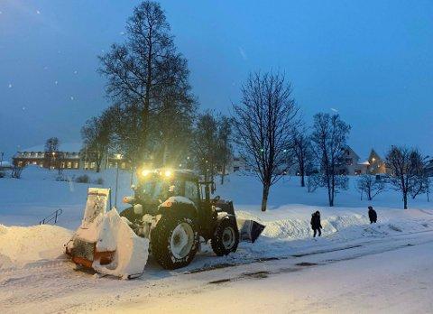 RYDDER OG GRAVER: Bydrift har alle mannskap og maskiner ute for å rydde snø og grave opp sluker før regnværet setter inn tirsdag kveld.